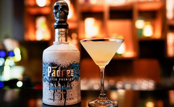 premium tequila by padre azul mit cocktail auf der teke