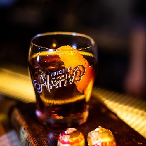 Rum Cocktail auf einem alten Buch